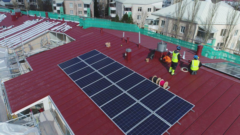 Aurinkosähköjärjestelmän kustannustehokkuutta voi lisätä ajoittamalla voimalan hankinnan esimerkiksi kattoremontin yhteyteen. Näin tehtiin myös FinSolar taloyhtiökokeilun pilottikohteessa, As. Oy Haapalahdenkatu 11:ssä.