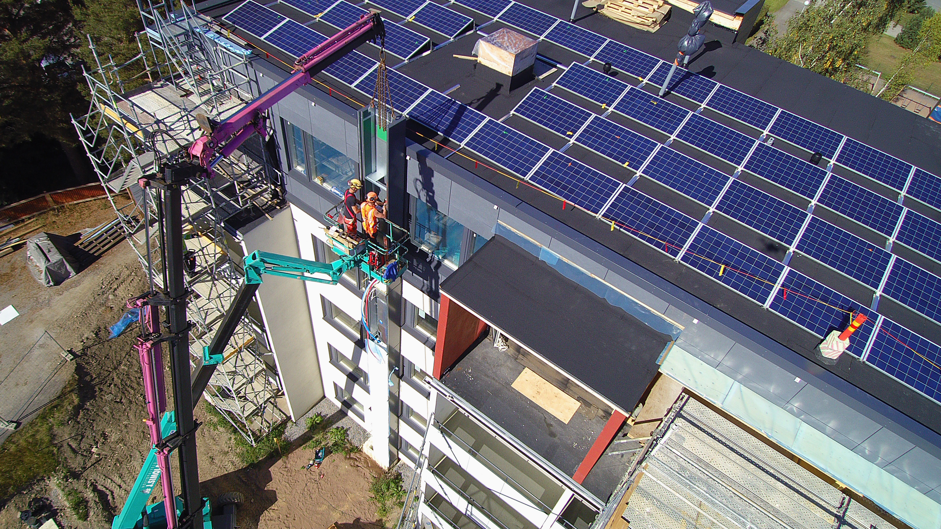 Talotekniikkahormin asentamista Raisiossa. Samalla asennettiin talon katolle aurinkopaneelit, jotka tuottavat osan energiasta. Aurinkosähkön tuotto on huipussaan kesäisin, samaan aikaan kuin viilennystarve.
